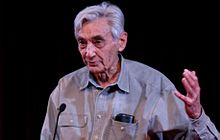 220px-Howard Zinn at lectern cropped